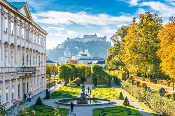 Jardines de Mirabell con la histórica fortaleza en Salzburgo