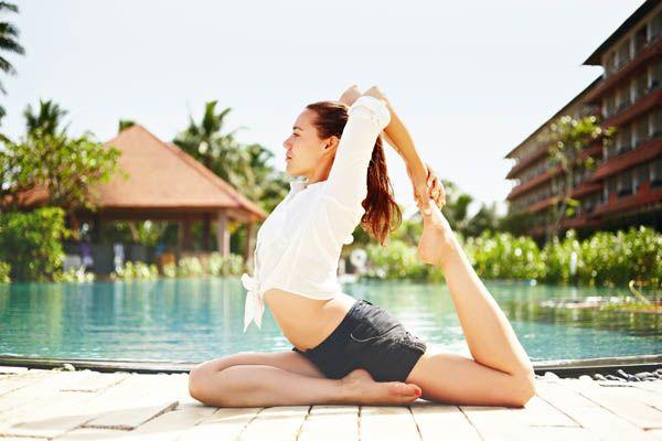 Yoga en el hotel junto a la piscina