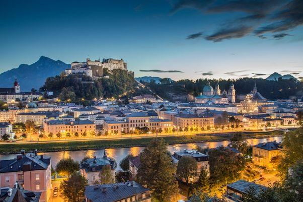 Vista de Salzburgo iluminada